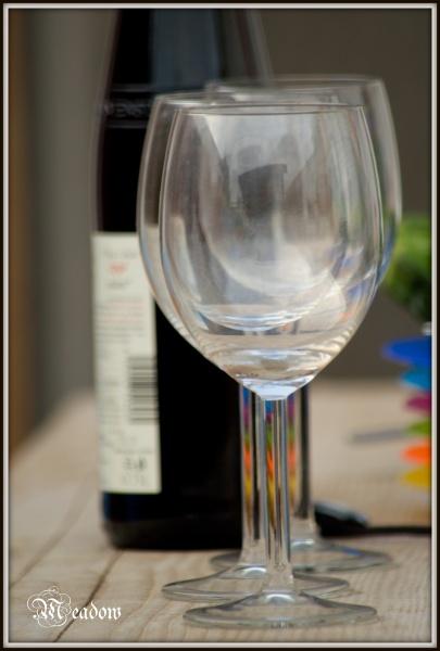 Tri sklenicky jdou v rade za sebou